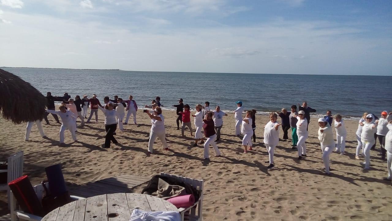 imágenes de diabetes yoga en la playa